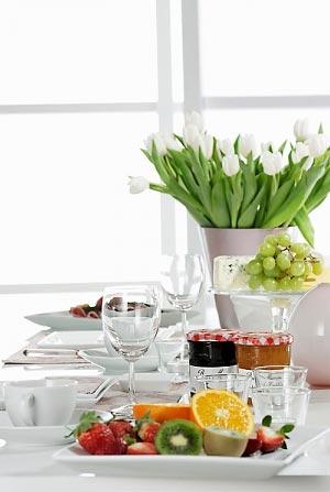 правила украшения стола цветами